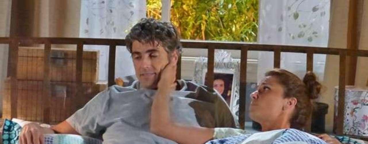 Clara (Giovanna Antonelli) não quer saber de transar com Cadu (Reynaldo Giannechini) e decepciona o marido