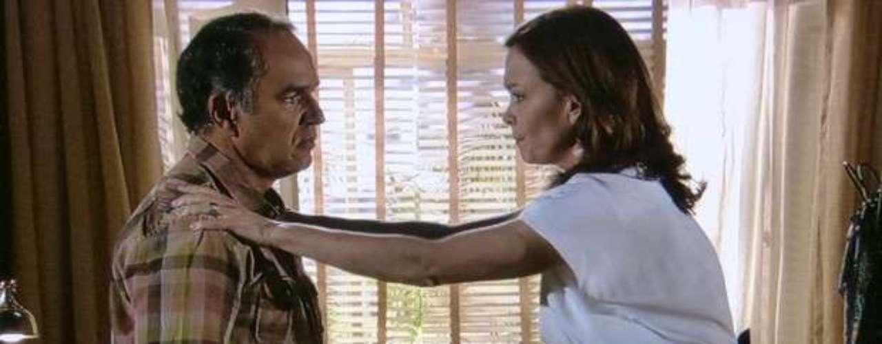 Helena humilha Virgílio e diz que ele se esconde por medo de mostrar a cicatriz em seu rosto