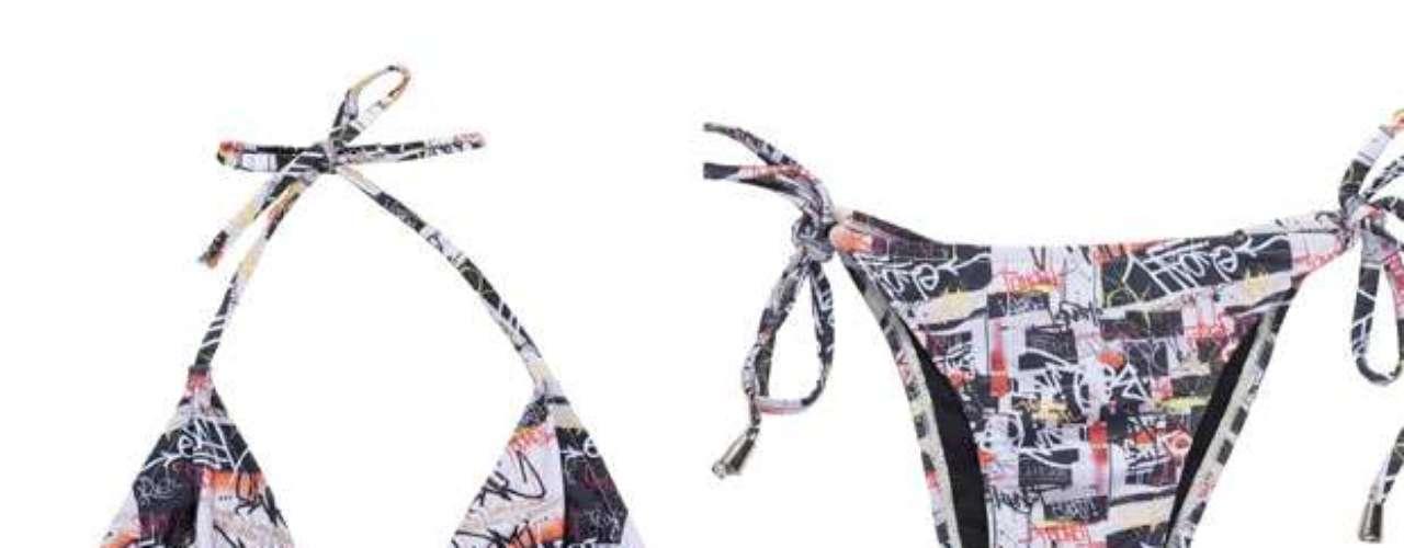 Grafismo também marca a estampa do sutiã cortininha e a tanga com lacinho da marca Eloah. R$ 159. SAC: (21) 3798-2335
