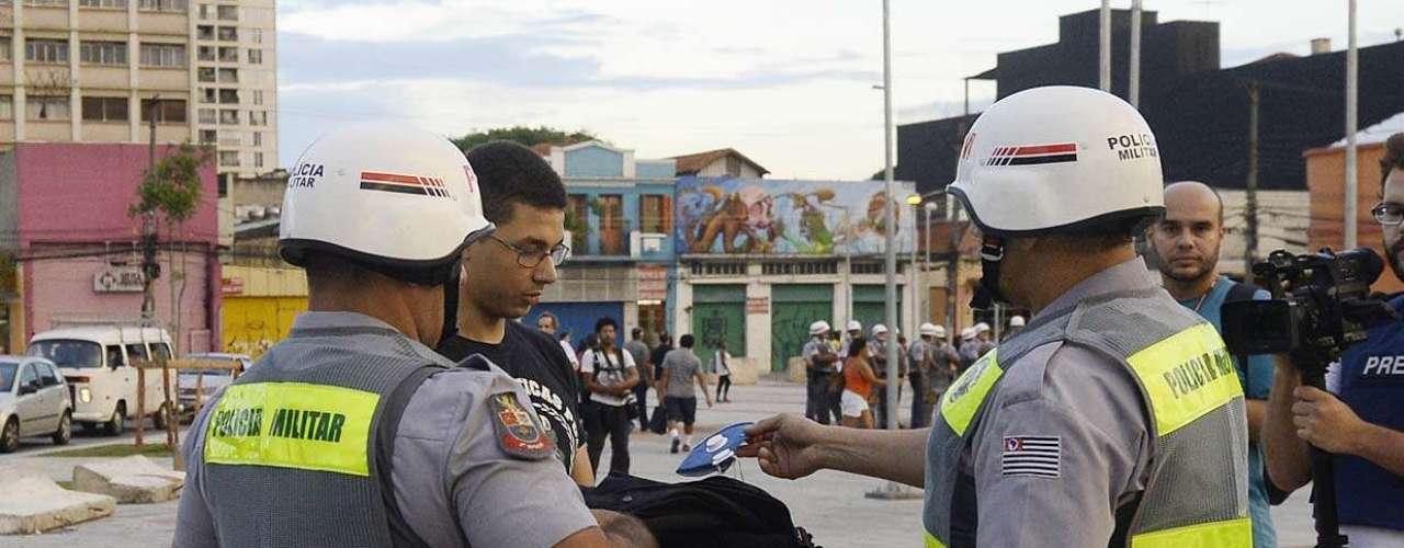 13 de março -Manifestantes estão sendo revistados antes mesmo da saída da marcha do Largo da Batata