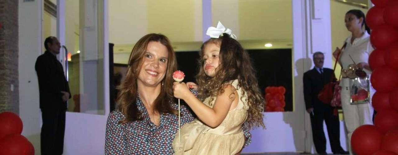 O pequeno Lorenzo ganhou uma festa temática do filme Piratas do Caribe para comemorar seu aniversário de 3 anos, nesta quinta-feira (13), em Moema, na capital paulista. O menino, que é filho da apresentadora Luciana Gimenez com o empresário Marcelo de Carvalho, recebeu vários famosos. Na foto,Mariana Kupfer e a filha