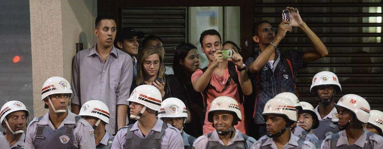 13 de março - O protesto tem a presença de 2,3 mil policiais militares