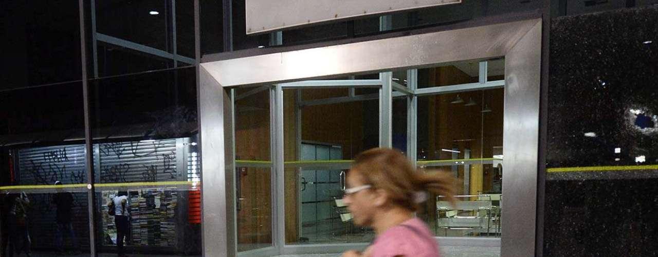 13 de março - Quando o grupo alcançou a avenida Paulista, a fachada de uma agência do Banco do Brasil, localizada ao lado do Museu de Arte de São Paulo (Masp) foi atingida por black blocs