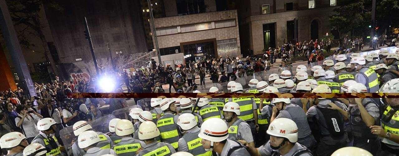 13 de março - Houve correria, e a PM tentou cercar um grupo de manifestantes, sem sucesso