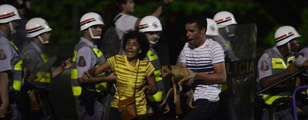 13 de março - Policiais fizeram duas barreiras para manter os manifestantes junto ao vão livre do Masp. Alguns conseguiram correr para uma lanchonete, que começou a ser fechada