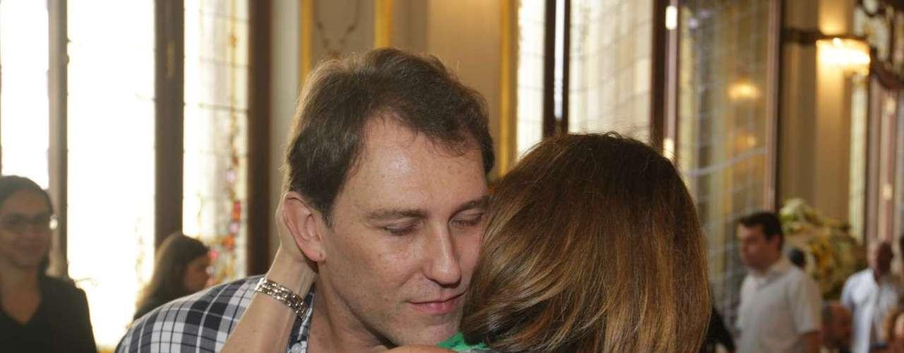 Amigos e Familiares se emocionaram no velório de Paulo Goulart no Theatro Municipal, em São Paulo, que continuou nesta sexta-feira (14). Na foto, Beth Goulart e Paulo Goulart Filho