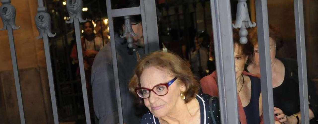 Amigos e familiares se despediram do ator Paulo Goulart no velório que aconteceu nesta quinta-feira (13), no Theatro Municipal, em São Paulo. O ator, que morreu aos 81 anos no início desta tarde, será sepultado nesta sexta-feira (14), no Cemitério da Consolação