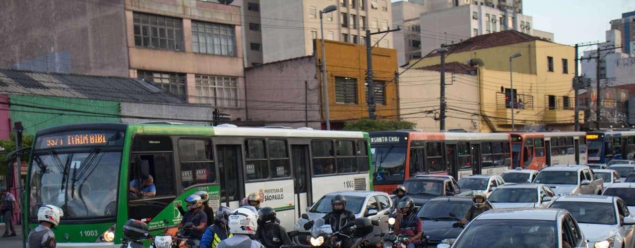 13 de março -A PM acompanhou o protesto e orientou o trânsito na região do Largo da Batata