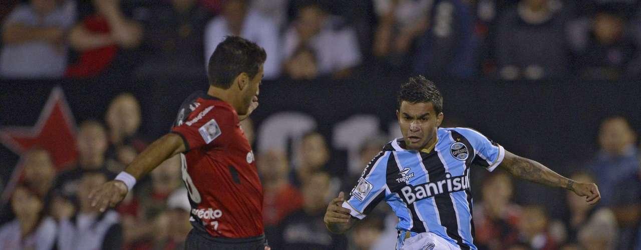 Dudu disputa bola com marcação argentina