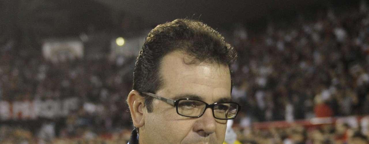 Enderson Moreira observa desempenho do Grêmio contra o Newell's Old Boys