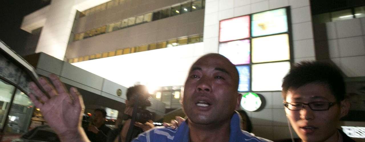 Parente de um passageiro chinês do avião da Malaysia Airlines deixa hotel em Pequim em lágrimas depois da confirmação do primeiro-ministro da Malásia de que o avião caiu no sul do Oceano Índico e que não há sobreviventes