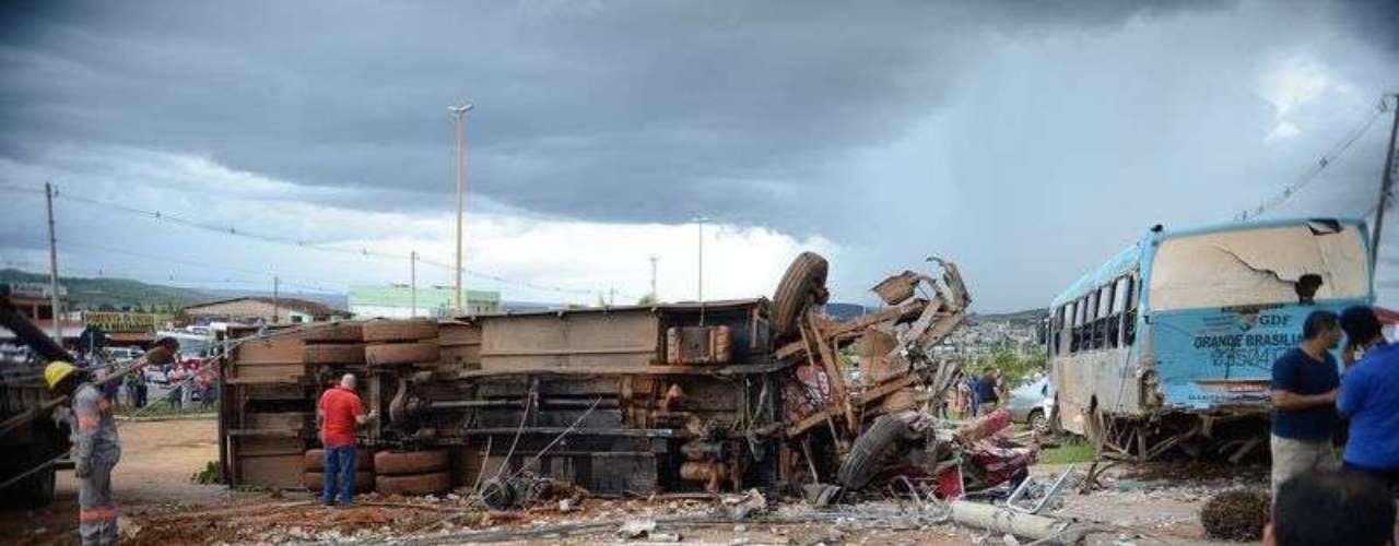 O caminhão, que estava carregado com cervejas, atingiu vários postes e bateu em uma van