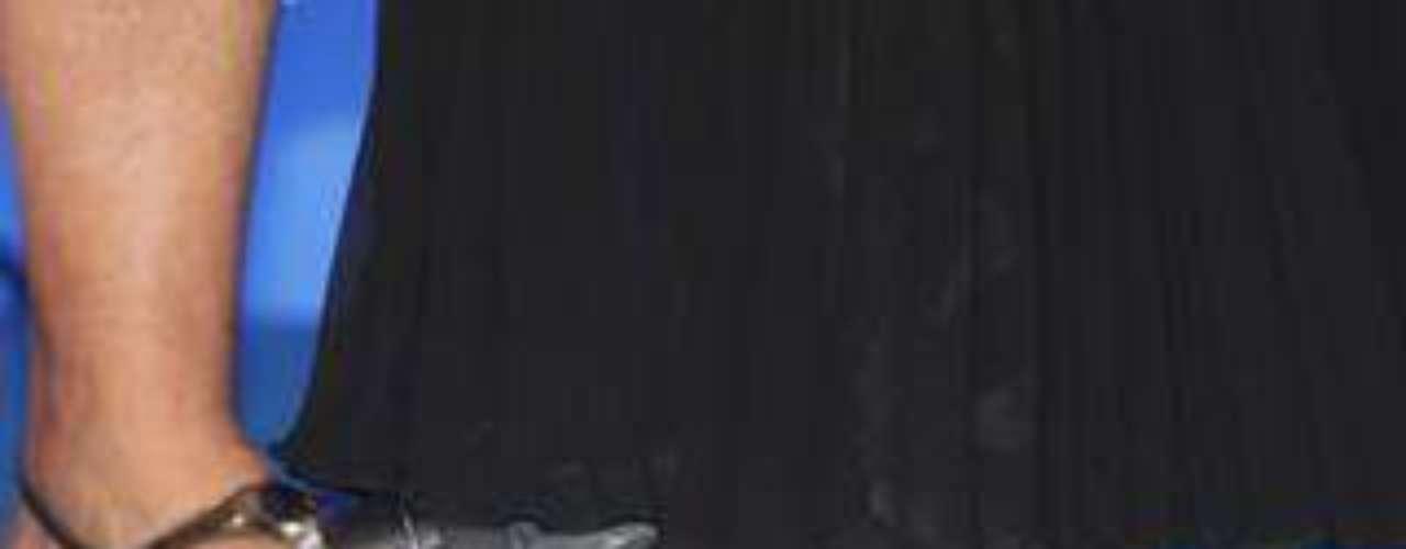 O tratamento inicial é feito com a adaptação dos calçados, medicação anti-inflamatória, restrição para atividades físicas de impacto e fisioterapia. Nos casos mais graves, pode ser necessário imobilizações do pé e uso de muletas. Existe também cirurgia para retirada do osso. Na foto, Xuxa usa bota ortopédica