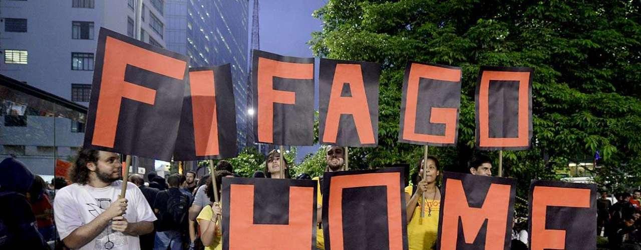 27 de março - Manifestantes fazem protesto contra a Copa do Mundo em São Paulo. Grupo de cerca de 1 mil pessoas se reúne na avenida Paulista. Cerca de 1mil policiais militares acompanham a manifestação