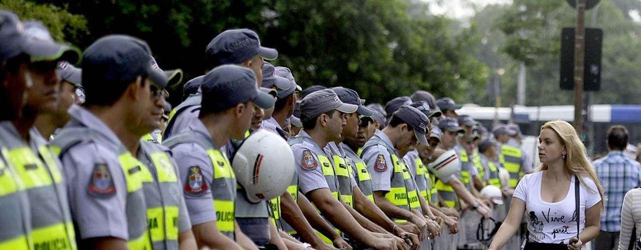 27 de março - Manifestantes fazem protesto contra a Copa do Mundo em São Paulo. Grupo de cerca de 1 mil pessoas se reúne na avenida Paulista. Cerca de 1 mil policiais militares acompanham a manifestação
