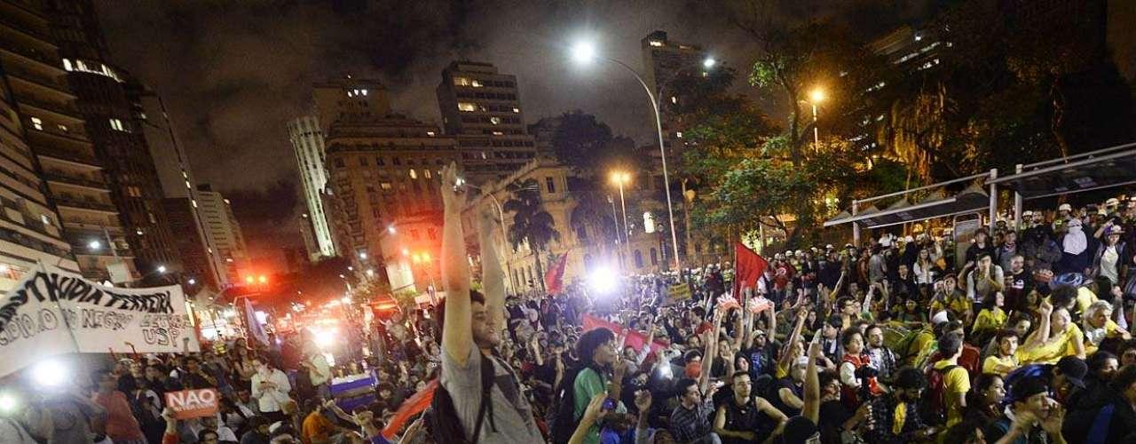 27 de março - Protesto contra Copa do Mundo reúne mais de 1 mil manifestantes e cerca de 1 mil policiais. Manifestação terminou de forma pacífica