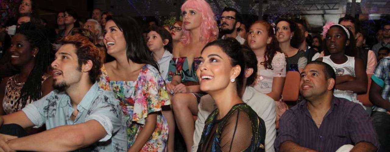 O elenco da nova novela das 18h da Rede Globo,Meu Pedacinho de Chão, se reuniu na noite de quinta-feira (28) para o lançamento do folhetim. Durante a festa eles se divertiram fazendo fotos e assistindo ao clipe com cenas da novela. Na foto, Juliana Paes e Bruno Fagundes