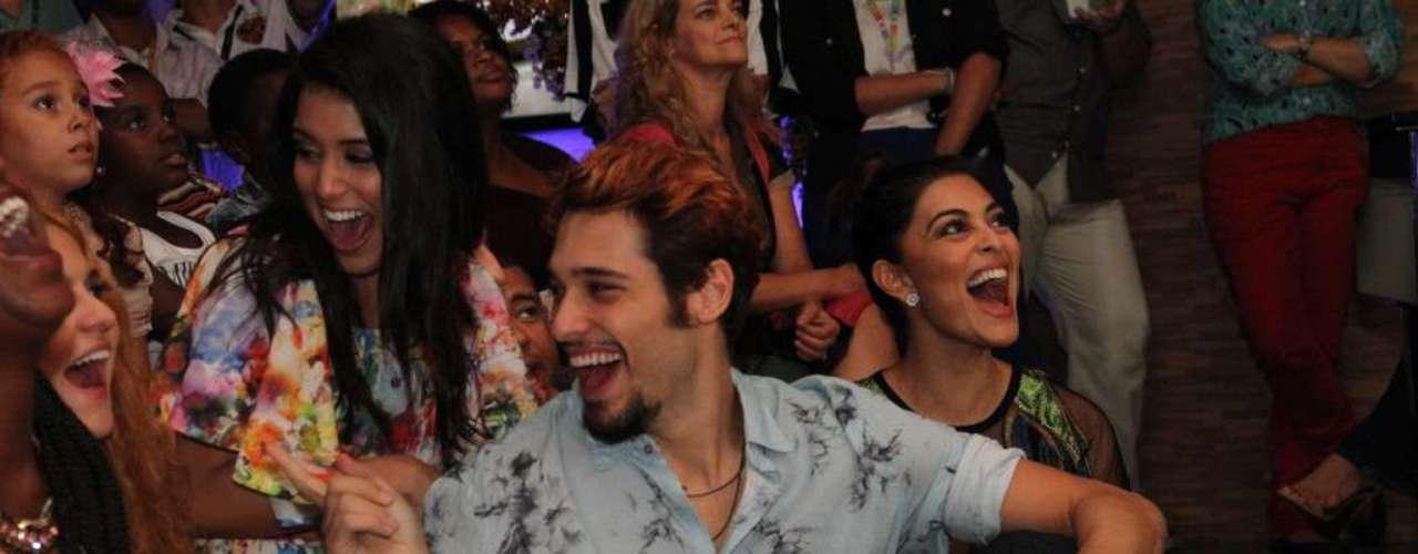O elenco da nova novela das 18h da Rede Globo,Meu Pedacinho de Chão, se reuniu na noite de quinta-feira (28) para o lançamento do folhetim. Durante a festa eles se divertiram fazendo fotos e assistindo ao clipe com cenas da novela. Na foto, Bruno Fagundes