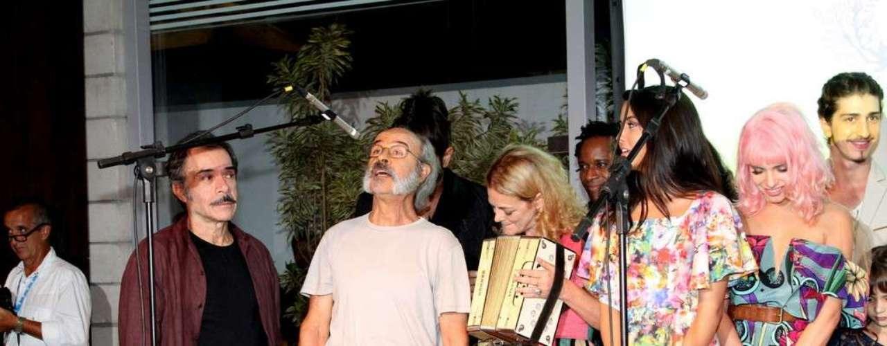 O elenco da nova novela das 18h da Rede Globo,Meu Pedacinho de Chão, se reuniu na noite de quinta-feira (28) para o lançamento do folhetim. Durante a festa eles se divertiram fazendo fotos e assistindo ao clipe com cenas da novela. Na foto, Ricardo Blat eOsmar Prado