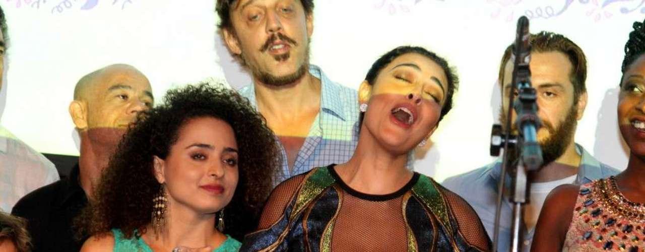 O elenco da nova novela das 18h da Rede Globo,Meu Pedacinho de Chão, se reuniu na noite de quinta-feira (28) para o lançamento do folhetim. Durante a festa eles se divertiram fazendo fotos e assistindo ao clipe com cenas da novela. Na foto, Juliana Paes