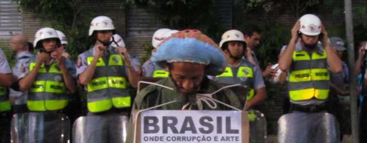 27 de março -Protesto contra Copa do Mundo reúne mais de 1 mil manifestantes e cerca de 1 mil policiais. Manifestação terminou de forma pacífica