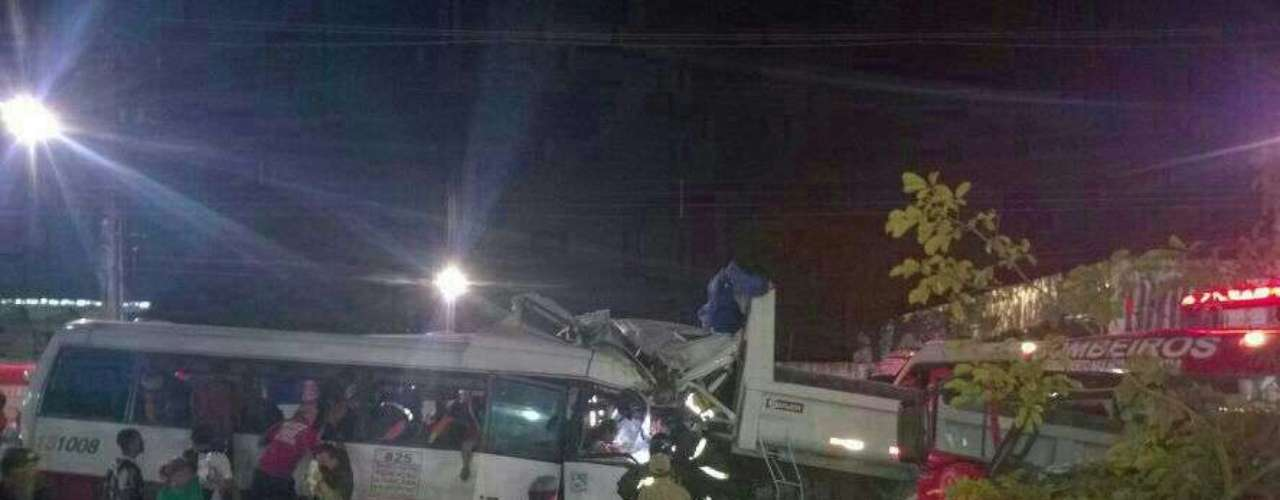 O acidente matou pelo menos 16pessoas, entre elas uma mulher grávida de 8 meses