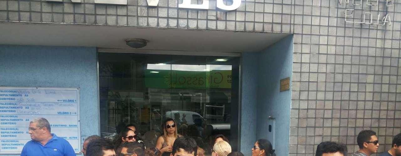 As vítimas da colisão entre um caminhão caçamba e um micro-ônibus do transporte executivo, que aconteceu na noite desta sexta-feira, começaram a ser veladas na manhã deste sábado em Manaus