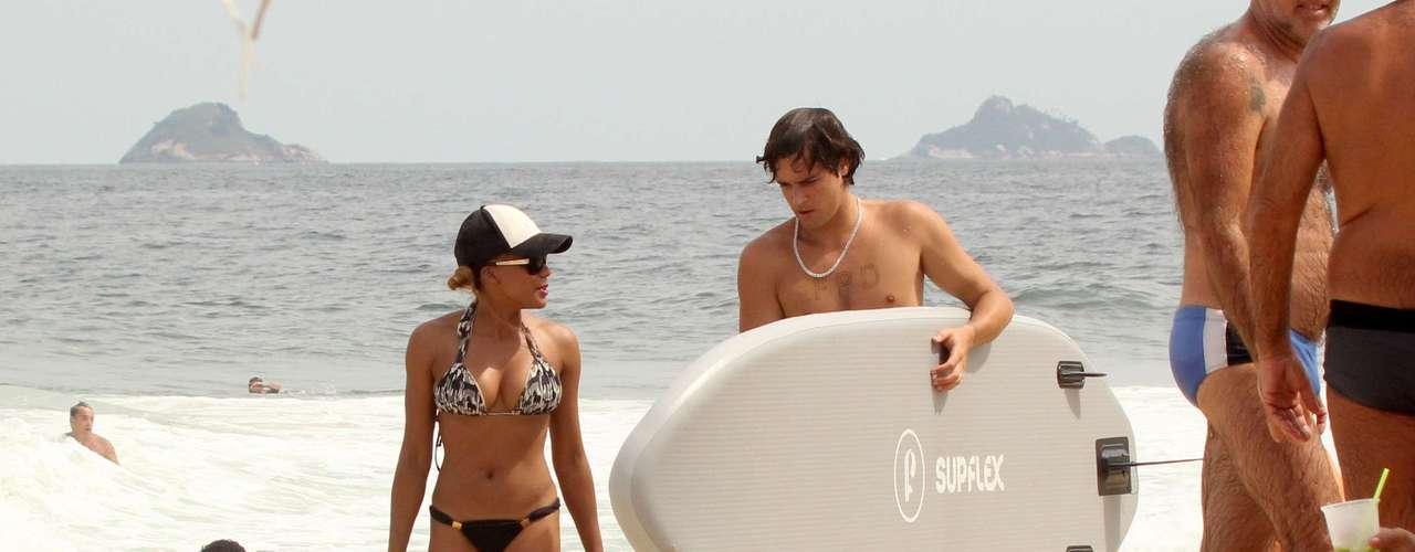 Felipe Dylon e Aparecida Petrowky foram fotografados na praia de Ipanema, no Rio de Janeiro