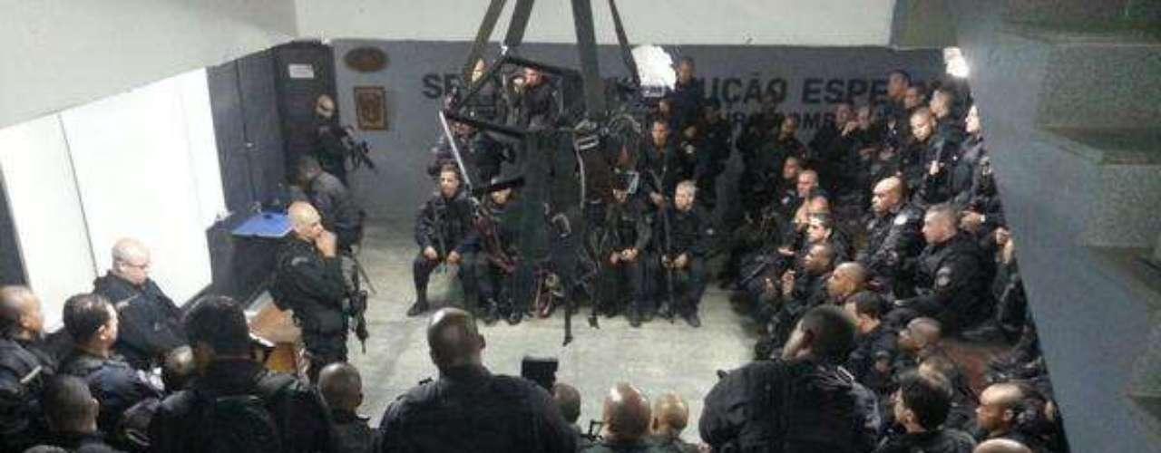 Reunião final dos policiais do Bope antes da ocupação