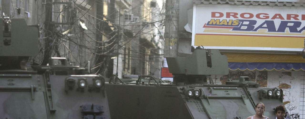 Blindados ocupam as ruas do Complexo