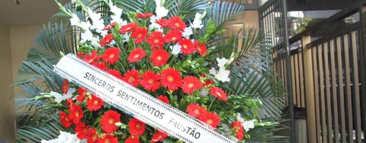 O apresentador Faustão enviou uma coroa de flores