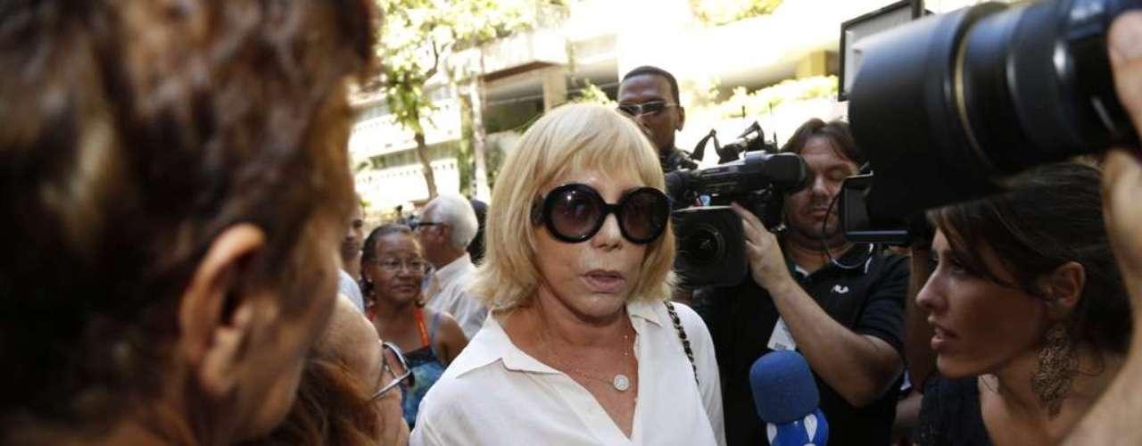 Arlete Salles chega ao velório de José Wilker no teatro Ipanema