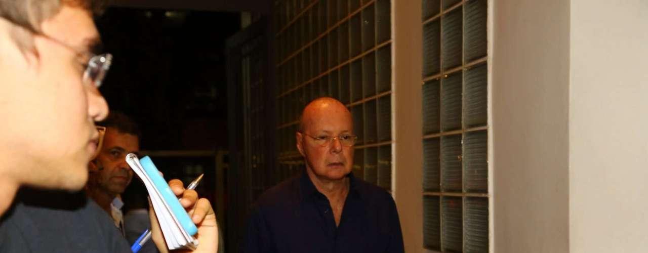 Autor Gilberto Braga no velório de José Wilker