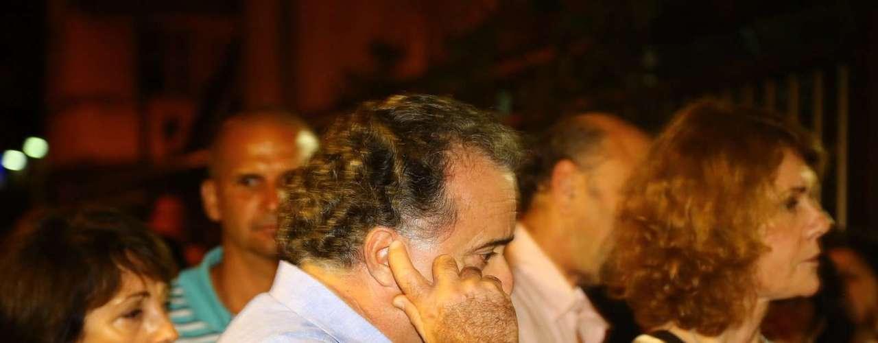 Tony Ramos chega ao velório de José Wilker no teatro Ipanema