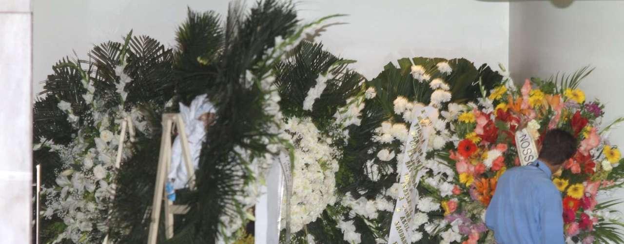 Corpo do ator José Wilker deixa teatro Ipanema e segue para o Memorial do Carmo, onde acontece a cerimônia de cremação