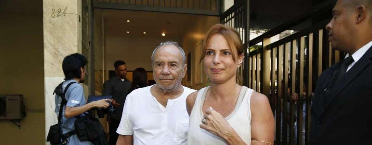 Stênio Garcia chega ao velório de José Wilker no teatro Ipanema