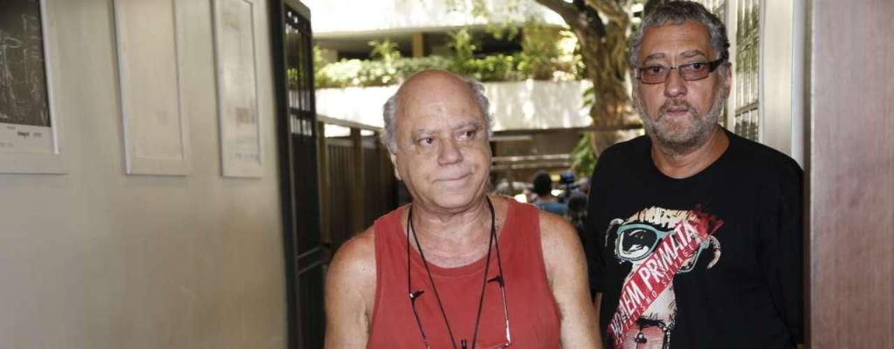Tonico Pereira chega ao velório de José Wilker no teatro Ipanema