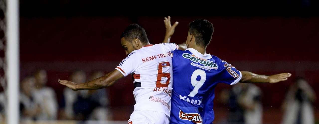 Álvaro Pereira disputa bola com Jean Carioca