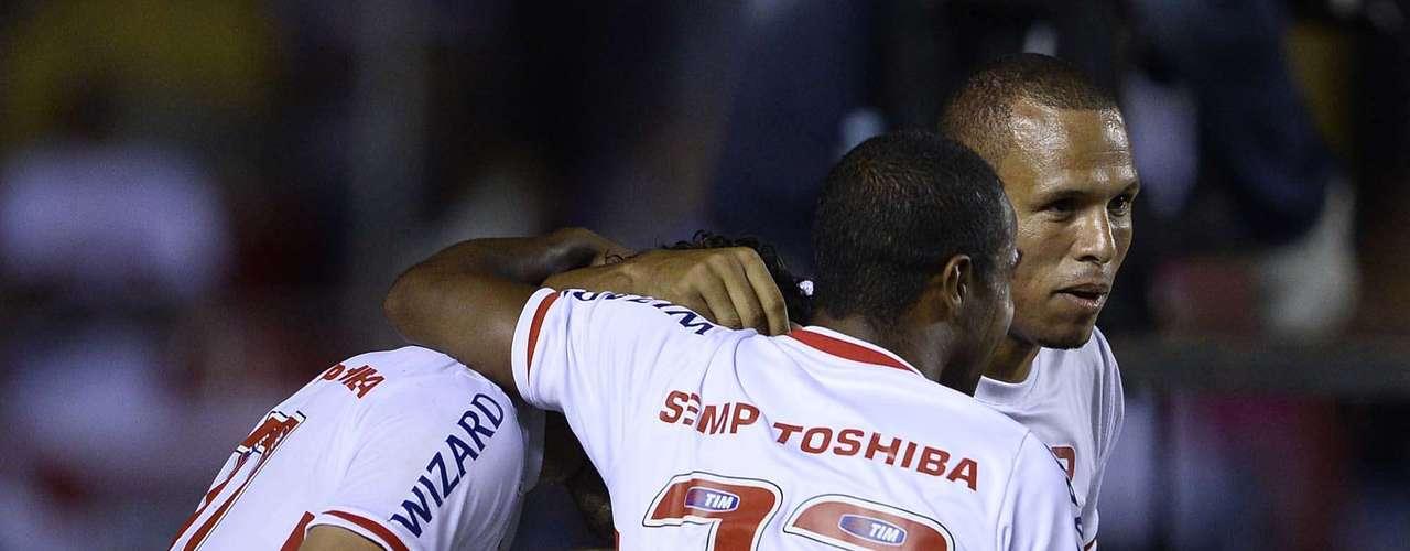 Jogadores do São Paulo festejam segundo gol da partida