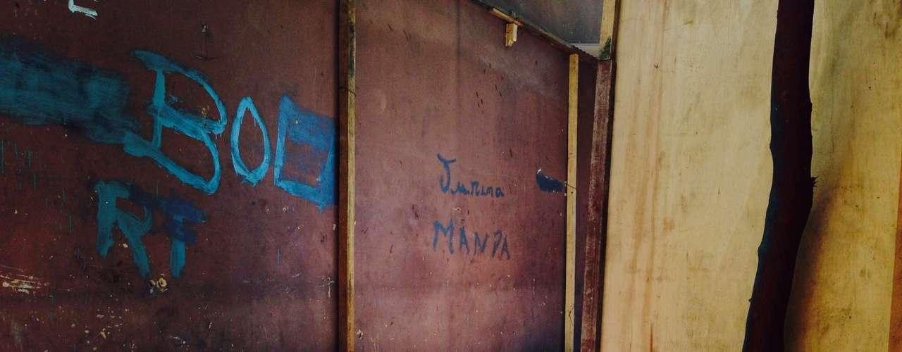 Moradores escreveram seus nomes nos barracos, delimitando sua área dentro do terreno