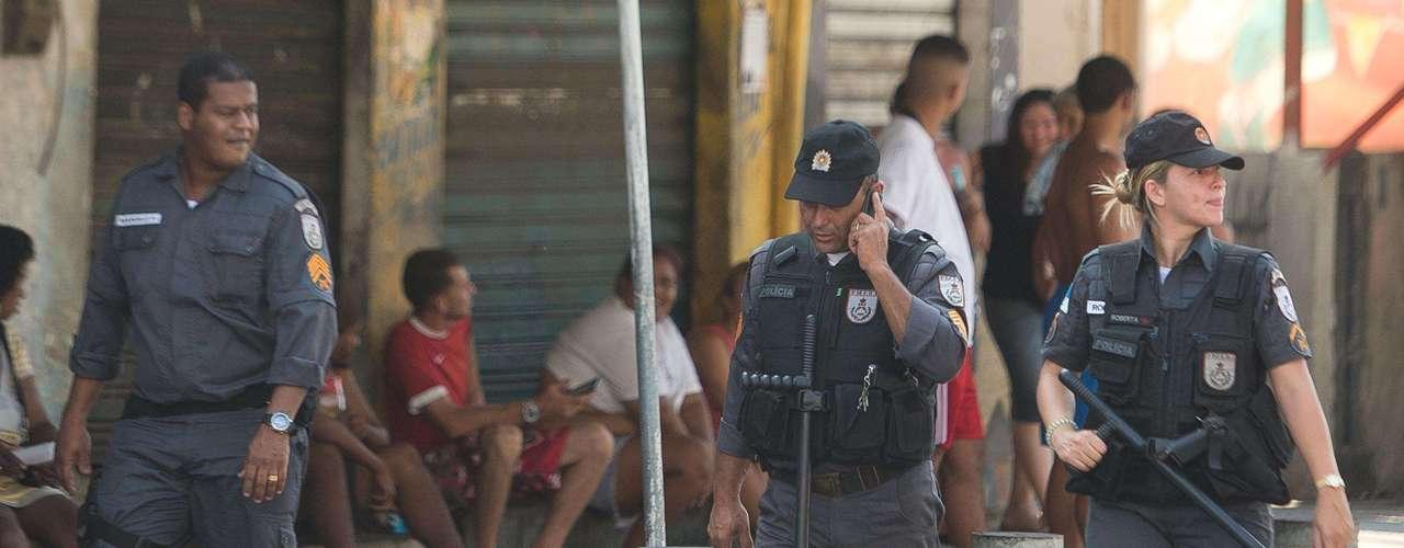 Policiais Militares fazem ronda sob o olhar de moradores do local