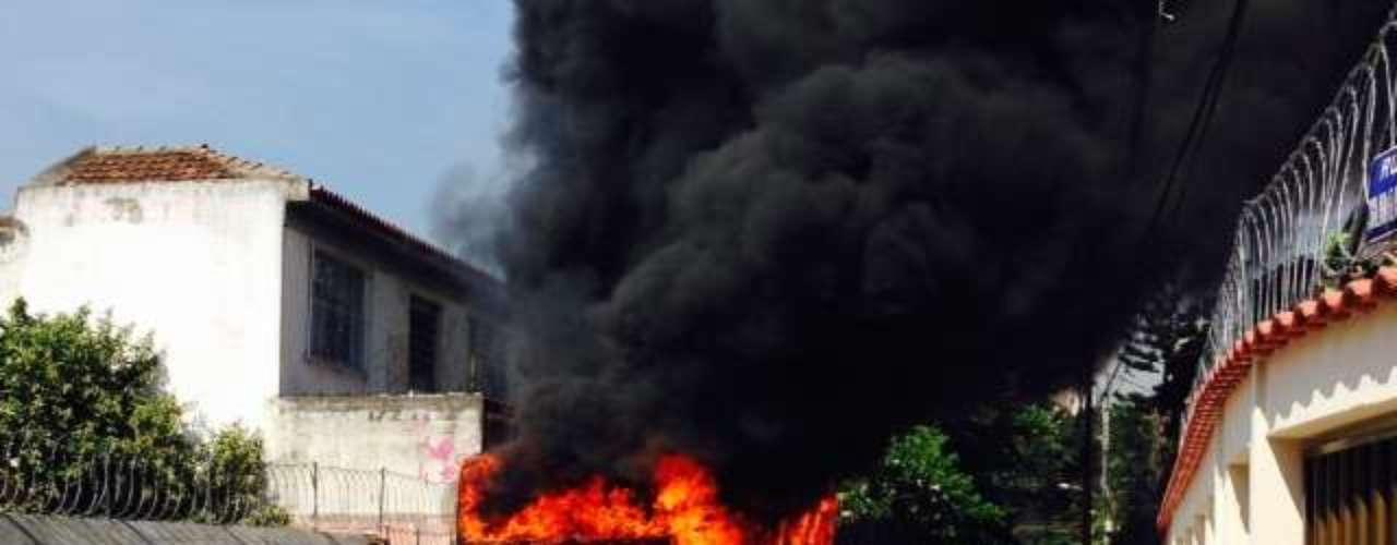 Ônibus pegou fogo em uma rua paralela à 2 de Maio, vizinha ao prédio da Oi. A fumaça do incêndio no ônibus entrou em várias quitinetes. Bombeiros resgataram moradores pelo telhado. Alguns chegaram a passar mal