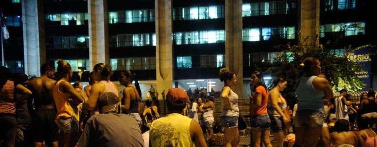 Famílias expulsas pela Polícia Militar da invasão de um terreno abandonado da empresa de telefonia Oi acampam em frente à sede da prefeitura municipal em protesto por moradia