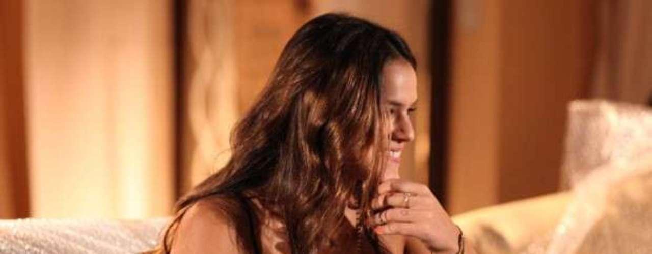Luiza vai receber a visita de sua mãe no novo apartamento e mente sobre as flores que recebeu de Laerte