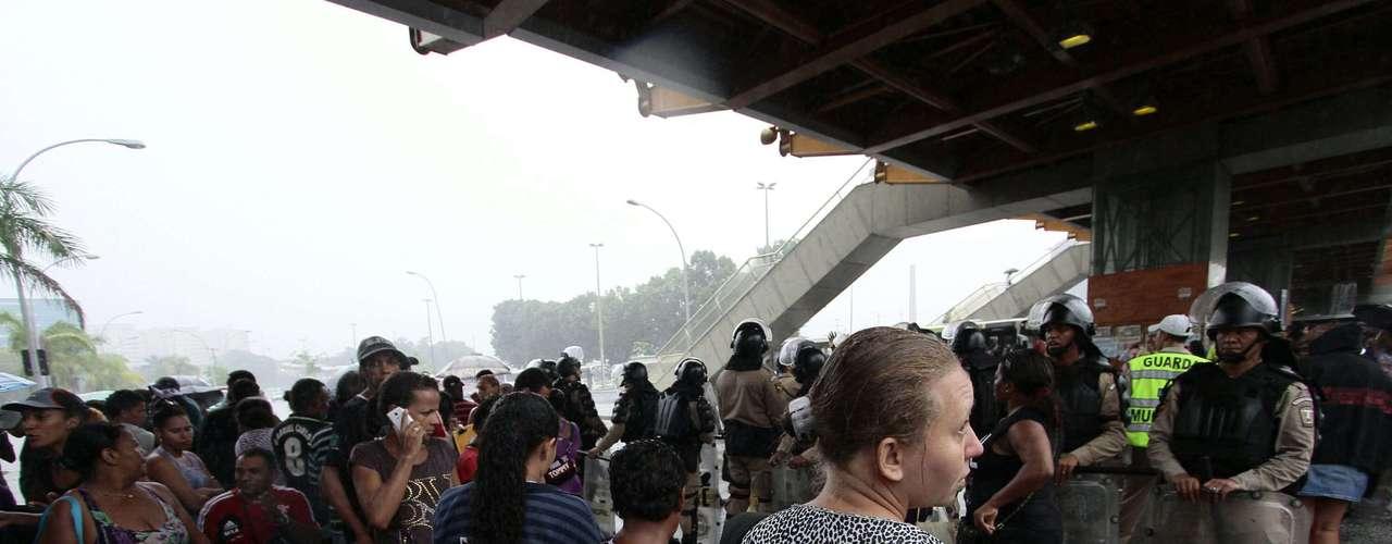 Moradores removidos do prédio da Oi no Engenho Novo, no Rio, seguem acampados em frente à prefeitura do Rio. Os cerca de mil manifestantes chegaram a fechar todo o sentido centro da avenida Presidente Vargas, mas a via já foi liberada