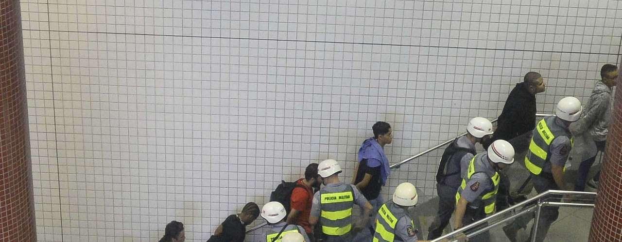 15 de abril - A polícia cercou de 30 a 40 pessoas próximo às catracas, que acabaram detidas