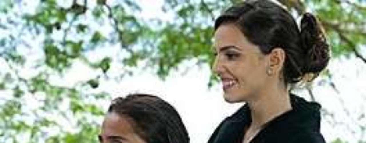 Após banho, Marina penteia o cabelo de Clara, que gosta do resultado