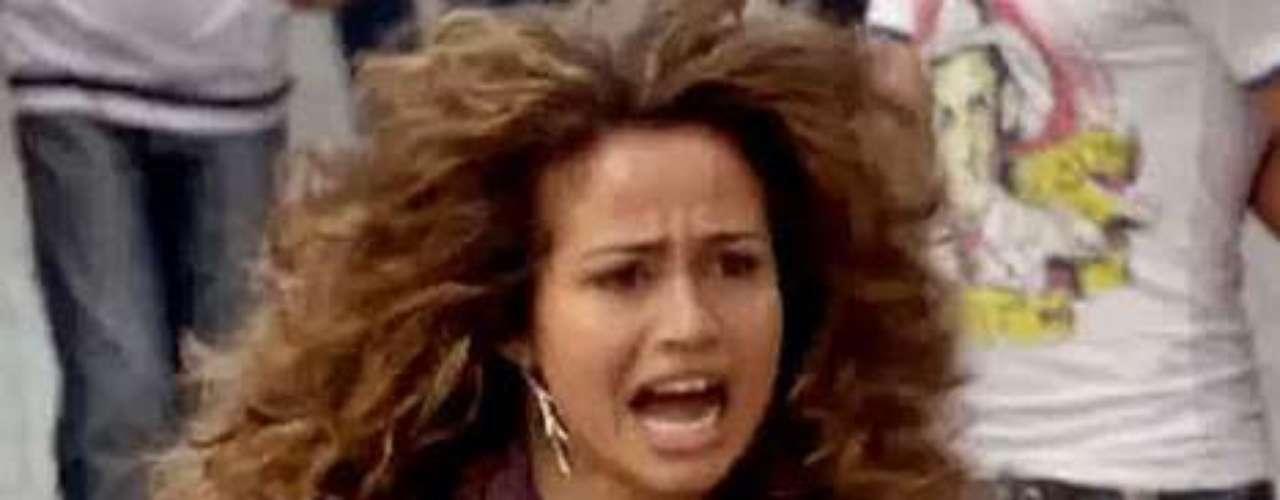 Em cena de 'Salve Jorge', prevista para ir ao ar nesta terça-feira (11), Morena (Nanda Costa) vai ser leiloada para um homem e, antes de ir para a cama com ele, consegue fugir pelas ruas de Istambul