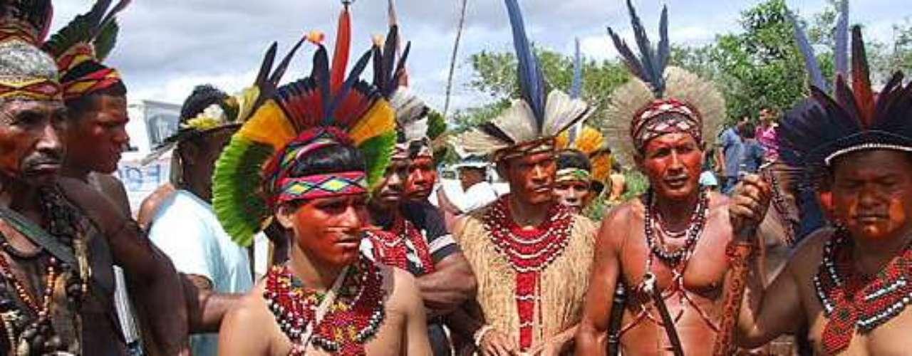Protesto de índios volta a fechar a BR-101, no extremo sul da Bahia