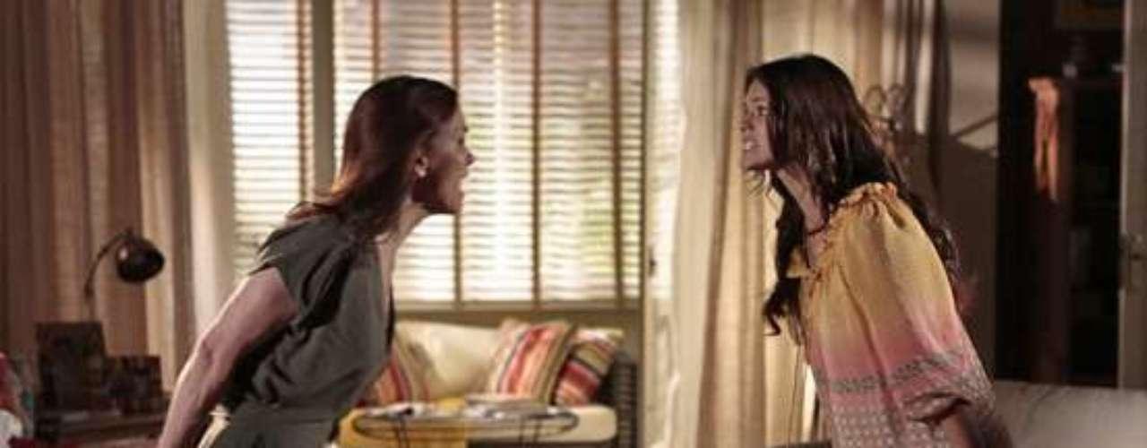 Luiza (Bruna Marquezine) descobre uma caixa de Helena (Júlia Lemmertz), que esconde recordações do passado com Laerte (Gabriel Braga Nunes). Mãe e filha brigam e Virgílio (Humberto Martins) tem que intervir